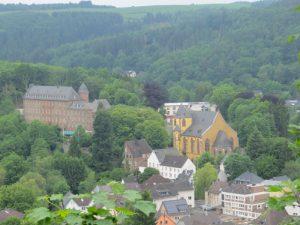 Blick auf Schleidener Schloss und Kirche vom Eifel-Blick Ruppenberg